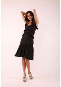 Czarna sukienka boho Nommo w kwiaty, na ramiączkach, z falbankami