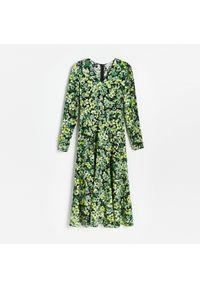 Reserved - Sukienka midi z EcoVero™ - Wielobarwny. Długość: midi