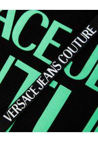 Versace Jeans Couture - VERSACE JEANS COUTURE - Czarna bluza z kapturem. Okazja: na co dzień. Typ kołnierza: kaptur. Kolor: czarny. Materiał: bawełna. Długość rękawa: długi rękaw. Długość: długie. Wzór: aplikacja, nadruk. Styl: casual