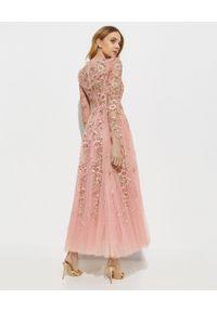NEEDLE & THREAD - Sukienka z kwiatowym haftem Lilian Rose. Kolor: różowy, fioletowy, wielokolorowy. Materiał: tiul. Długość rękawa: długi rękaw. Wzór: kwiaty, haft