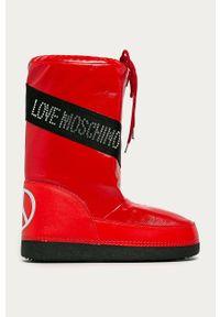 Czerwone śniegowce Love Moschino z okrągłym noskiem, z cholewką, na sznurówki