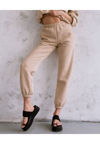 DOLLINA - Beżowe spodnie dresowe z bawełny. Kolor: beżowy. Materiał: dresówka, bawełna. Wzór: haft