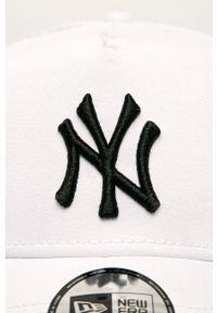 Biała czapka z daszkiem New Era z aplikacjami