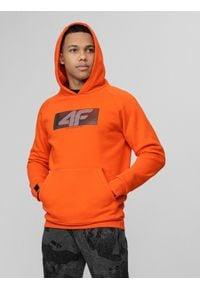 4f - Bluza męska Wilfredo Leon x 4F. Typ kołnierza: kaptur. Kolor: pomarańczowy. Materiał: dzianina. Wzór: nadruk