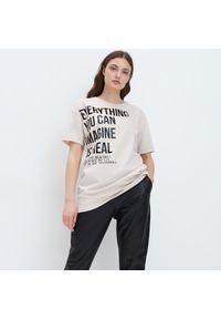 Mohito - T-shirt oversize z napisem - Kremowy. Kolor: kremowy. Wzór: napisy