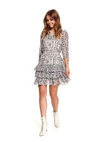 TOP SECRET - Printowana sukienka z falbanami. Okazja: na co dzień, na imprezę. Typ kołnierza: dekolt w serek. Kolor: czarny. Sezon: wiosna. Typ sukienki: proste, rozkloszowane. Styl: casual, elegancki