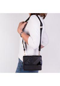 Czarna torebka Arturo Vicci na ramię, klasyczna, w kolorowe wzory