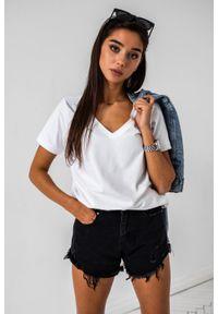 Marsala - T shirt z dekoltem w kształcie V w kolorze BIAŁYM- V NECK BY MARSALA. Typ kołnierza: dekolt w kształcie V. Kolor: biały. Materiał: elastan, bawełna. Wzór: gładki. Styl: elegancki