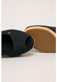 Niebieskie sandały TOMMY HILFIGER na klamry, z okrągłym noskiem