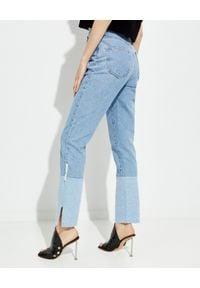 OFF-WHITE - Jeansowe spodnie z prostą nogawką. Stan: podwyższony. Kolor: niebieski. Wzór: aplikacja
