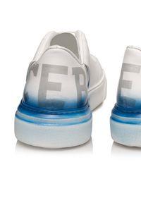 Iceberg - ICEBERG - Białe sneakersy z efektem graffiti. Nosek buta: okrągły. Zapięcie: sznurówki. Kolor: biały. Materiał: guma. Wzór: nadruk