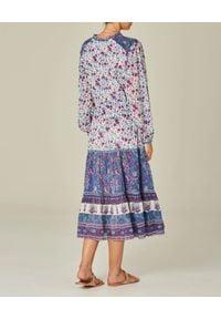 M.A.B.E - Sukienka midi Alma. Typ kołnierza: dekolt w serek. Kolor: niebieski. Materiał: tkanina, bawełna. Długość rękawa: długi rękaw. Wzór: kwiaty. Typ sukienki: rozkloszowane. Styl: elegancki. Długość: midi