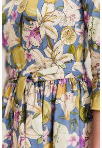 Marie Zélie - Sukienka Melia Arancia błękitna. Typ kołnierza: kokarda. Kolor: niebieski. Materiał: bawełna, materiał, elastan, tkanina, skóra. Wzór: kwiaty. Styl: klasyczny