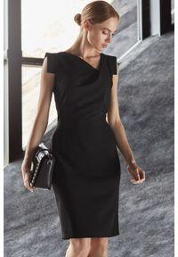 Style - Elegancka ołówkowa sukienka z asymetrycznym dekoltem. Materiał: materiał, elastan. Długość rękawa: krótki rękaw. Typ sukienki: asymetryczne, ołówkowe. Styl: elegancki