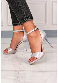 Kati - Srebrne sandały kati perłowe na szpilce z paskiem wokół kostki 3073. Zapięcie: pasek. Kolor: srebrny. Obcas: na szpilce