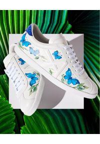 AQUAZZURA - Białe sneakersy w motyle The A Sneaker. Nosek buta: okrągły. Zapięcie: pasek. Kolor: biały. Materiał: guma. Wzór: nadruk, aplikacja, paski. Obcas: na płaskiej podeszwie