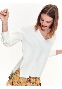 Biały sweter TOP SECRET casualowy, z dekoltem w serek