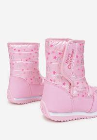 Born2be - Różowe Śniegowce Kydonia. Wysokość cholewki: za kostkę. Nosek buta: okrągły. Zapięcie: rzepy. Kolor: różowy. Materiał: futro, materiał. Szerokość cholewki: normalna. Wzór: napisy, nadruk, aplikacja, kolorowy. Sezon: zima