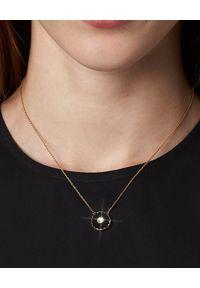 THE MARC JACOBS - Czarny naszyjnik The Medallion. Materiał: złote, metalowe. Kolor: czarny. Kamień szlachetny: kryształ