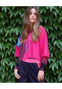 REDEMPTION ATHLETIX - Różowa koszulka z metalicznym nadrukiem. Kolor: różowy, fioletowy, wielokolorowy. Materiał: bawełna. Wzór: nadruk. Styl: sportowy