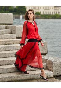 BY CABO - Czerwona sukienka maxi z jedwabiu Sansa. Okazja: na imprezę, na randkę. Typ kołnierza: dekolt w kształcie V, kołnierz z falbankami. Kolor: czerwony. Materiał: jedwab. Styl: elegancki. Długość: maxi