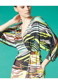 Manila Grace - MANILA GRACE - Kopertowa sukienka w pasy. Okazja: na co dzień. Typ kołnierza: dekolt w kształcie V. Kolor: brązowy. Materiał: tkanina, wiskoza. Wzór: paski. Sezon: lato. Typ sukienki: kopertowe. Styl: casual