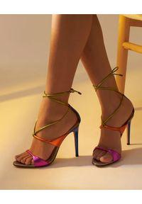 ALEXANDRE BIRMAN - Kolorowe sandały na szpilce Aimee. Kolor: niebieski. Wzór: kolorowy. Obcas: na szpilce. Styl: wizytowy. Wysokość obcasa: średni
