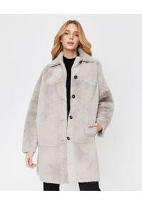 ALMAROSAFUR - Szary płaszcz ze skóry owczej Claire. Typ kołnierza: golf. Kolor: szary. Materiał: skóra. Styl: klasyczny