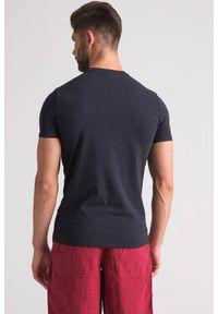 Niebieski t-shirt Emporio Armani w kolorowe wzory