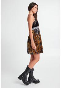 Versace Jeans Couture - SUKIENKA VERSACE JEANS COUTURE. Materiał: koronka. Długość rękawa: na ramiączkach. Wzór: kratka, koronka. Typ sukienki: trapezowe, rozkloszowane, plisowane. Długość: mini