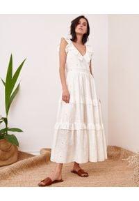 BY CABO - Sukienka maxi z falbanami HAMPTONS. Typ kołnierza: kołnierz z falbankami. Kolor: biały. Materiał: jedwab, bawełna. Wzór: haft, aplikacja. Typ sukienki: rozkloszowane. Długość: maxi