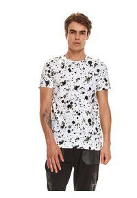 TOP SECRET - T-shirt męski z nadrukiem w plamy. Okazja: na co dzień. Kolor: biały. Materiał: bawełna, tkanina. Długość rękawa: krótki rękaw. Długość: krótkie. Wzór: nadruk. Sezon: jesień. Styl: casual