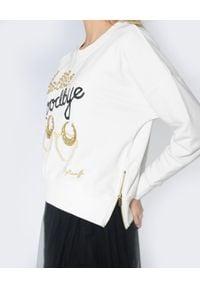 CRISTINAEFFE - Bluza z ozdobnymi napisami. Kolor: biały. Materiał: dresówka, jeans, bawełna. Długość rękawa: długi rękaw. Długość: długie. Wzór: napisy. Styl: elegancki
