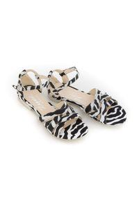Zapato - sandały na miękkiej podeszwie - skóra naturalna - model 370 - kolor czarno biała zebra. Okazja: na imprezę, na co dzień. Kolor: biały, czarny, wielokolorowy. Materiał: skóra. Wzór: motyw zwierzęcy. Sezon: lato, wiosna. Obcas: na płaskiej podeszwie. Styl: boho, wakacyjny, casual