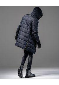 GUNS & TUXEDOS - Granatowa kurtka z kapturem Night Drop. Typ kołnierza: kaptur. Kolor: niebieski. Materiał: jeans, tkanina, guma. Długość rękawa: długi rękaw. Długość: długie. Wzór: moro, aplikacja. Styl: sportowy