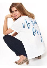Biały t-shirt TOP SECRET z krótkim rękawem, na lato, z dekoltem na plecach, z nadrukiem