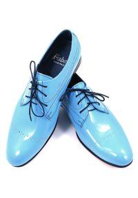 Modini - Unikatowe błękitne lakierki męskie T68. Kolor: niebieski. Materiał: skóra, syntetyk. Styl: wizytowy, klasyczny