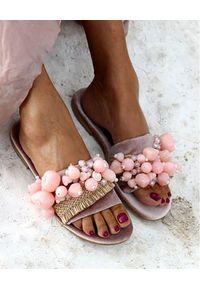 ELINA LINARDAKI - Różowe klapki Sel Rose. Kolor: różowy, wielokolorowy, fioletowy. Materiał: jeans, akryl. Wzór: aplikacja. Sezon: lato. Styl: elegancki