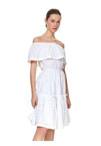 TOP SECRET - Ażurowa sukienka z odkrytymi ramionami i falbaną. Kolor: biały. Materiał: bawełna, koronka. Wzór: ażurowy. Sezon: lato. Typ sukienki: z odkrytymi ramionami. Styl: wakacyjny