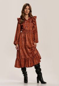 Renee - Camelowa Sukienka Regalwoods. Typ kołnierza: kołnierzyk stójkowy. Materiał: skóra. Wzór: aplikacja, nadruk. Długość: midi