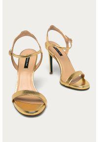 Złote sandały Patrizia Pepe z okrągłym noskiem, na obcasie