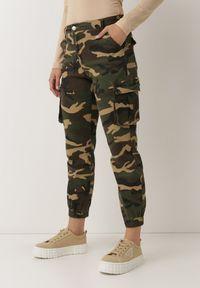 Born2be - Zielone Spodnie Bojówki Conwean. Stan: podwyższony. Kolor: zielony. Długość: długie. Wzór: moro, aplikacja. Styl: militarny
