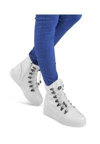 Ideal Shoes - Buty sportowe damskie IdealShoes X9701 Białe. Zapięcie: zamek. Kolor: biały. Materiał: tworzywo sztuczne, materiał. Obcas: na koturnie. Wysokość obcasa: średni