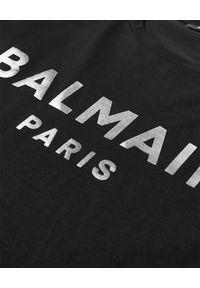 Balmain - BALMAIN - Koszulka ze srebrnym logo. Kolor: czarny. Materiał: bawełna. Styl: klasyczny