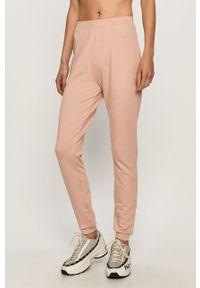 Różowe spodnie dresowe Pieces