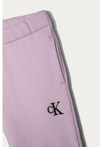 Fioletowe spodnie dresowe Calvin Klein Jeans na co dzień, casualowe