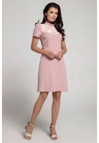 Nommo - Jasnoróżowa Wizytowa Rozkloszowana Sukienka z Koronką. Kolor: różowy. Materiał: koronka. Wzór: koronka. Styl: wizytowy