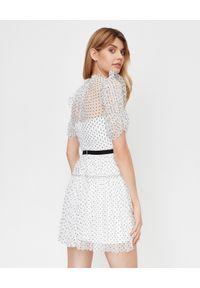 SELF PORTRAIT - Biała sukienka mini w kropki. Kolor: biały. Materiał: tkanina. Wzór: kropki. Typ sukienki: plisowane, rozkloszowane, dopasowane. Styl: elegancki, retro. Długość: mini