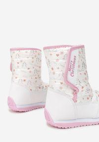 Born2be - Białe Śniegowce Kydonia. Wysokość cholewki: za kostkę. Nosek buta: okrągły. Zapięcie: rzepy. Kolor: biały. Materiał: futro, materiał. Szerokość cholewki: normalna. Wzór: napisy, nadruk, aplikacja, kolorowy. Sezon: zima