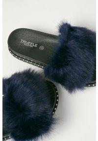 Niebieskie klapki Truffle Collection na średnim obcasie, na obcasie